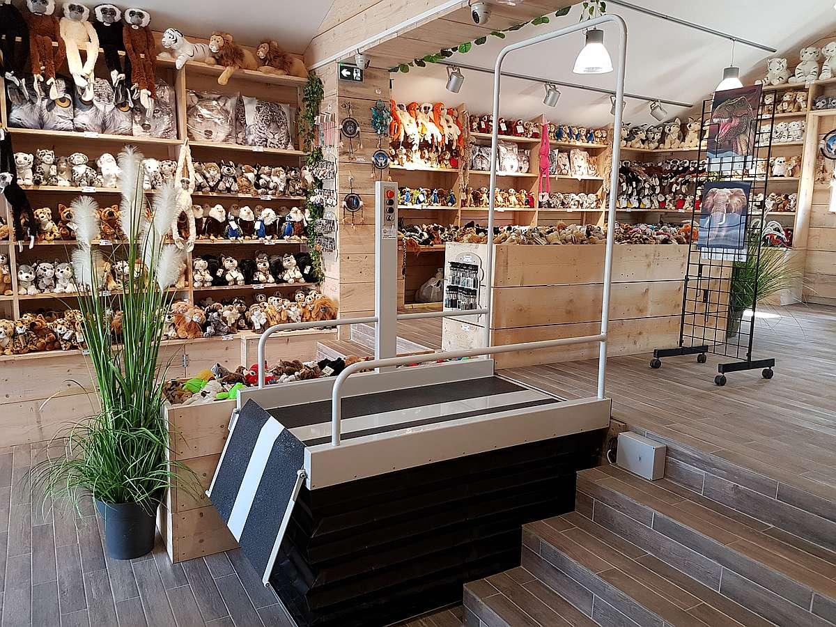 Liftboy 2 à la boutique du zoo du Domaine des Fauves à Abrets en Dauphiné. Installé par Altica - Ascenseurs et Automatismes
