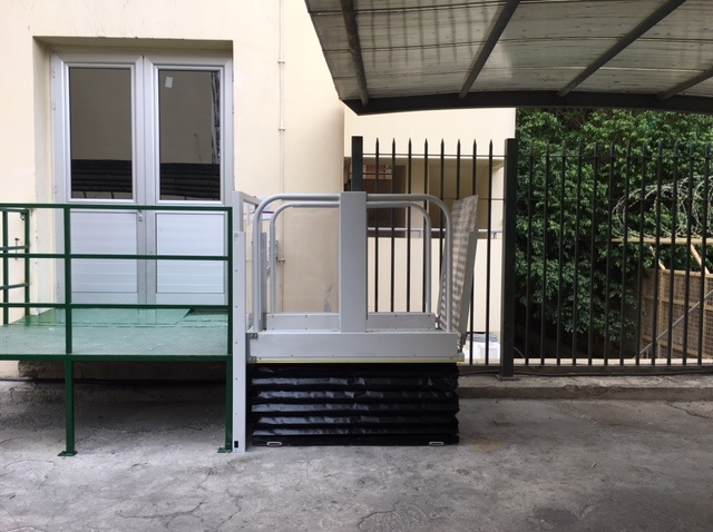 Plate-forme élévatrice verticale pour les personnes en fauteuil roulant