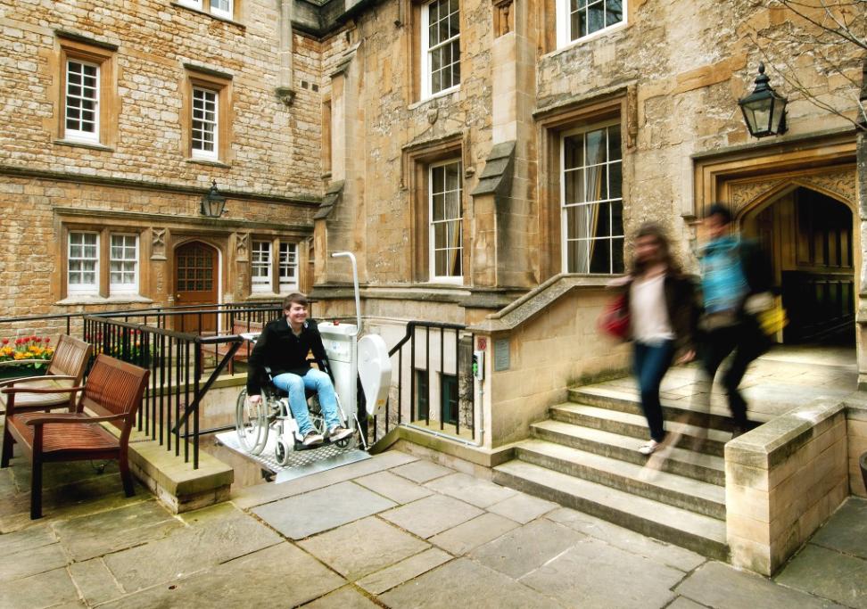 Plate-forme OMEGA installée à l'extérieur au Lincoln College, Université d'Oxford Turl Street, Oxford
